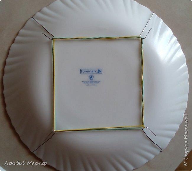 Доброго времени суток уважаемые мастера! Встречались в Стране работы, связанные с декором тарелок и во многих случаях эти тарелки на фотографиях запечатлены стоящими на столе на специальной подставке. И совсем мало сведений о том, как повесить на стену декоративные тарелки, разве что есть в МК у Львовны и у tammillys (Тамары). Недавно увидел на телеканале «Бобёр» как легко и просто повесили тарелку на стену. Поэтому я решил собрать в одном месте немного материала о разных способах. Что-то от себя, а что-то от других мастеров. За что им спасибо. Надеюсь будет полезно и вам.  фото 24