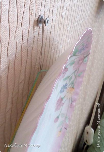 Доброго времени суток уважаемые мастера! Встречались в Стране работы, связанные с декором тарелок и во многих случаях эти тарелки на фотографиях запечатлены стоящими на столе на специальной подставке. И совсем мало сведений о том, как повесить на стену декоративные тарелки, разве что есть в МК у Львовны и у tammillys (Тамары). Недавно увидел на телеканале «Бобёр» как легко и просто повесили тарелку на стену. Поэтому я решил собрать в одном месте немного материала о разных способах. Что-то от себя, а что-то от других мастеров. За что им спасибо. Надеюсь будет полезно и вам.  фото 28