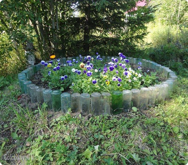 Добрый вечер, дорогие соседи!!!  Решила я выставить свои цветы из пластиковых бутылок и баночек.  Никак не могла закончить, т.к не хватало зеленых бутылок, но помогли друзья. Результат решила вам показать. фото 18