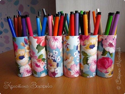 Здравствуйте всем!  Прошлый раз я показывала органайзер для цветных карандашей http://stranamasterov.ru/node/1107339. Это конечно удобно, но оказалось, что гораздо удобнее, когда и карандаши, и фломастеры вместе. Поэтому я решила сделать еще один органайзер, теперь уже и для карандашей, и для фломастеров. Форму выбрала такую, потому что предыдущий цветочек оказался удобным, но не супер))))) А так с одной стороны фломастеры, с другой - карандаши. Все цвета прекрасно видно, и брать удобно. фото 2