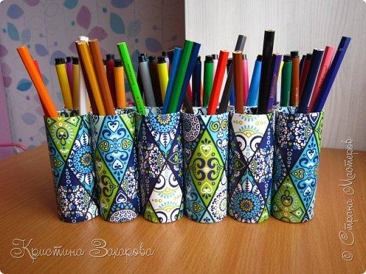 Здравствуйте всем!  Прошлый раз я показывала органайзер для цветных карандашей http://stranamasterov.ru/node/1107339. Это конечно удобно, но оказалось, что гораздо удобнее, когда и карандаши, и фломастеры вместе. Поэтому я решила сделать еще один органайзер, теперь уже и для карандашей, и для фломастеров. Форму выбрала такую, потому что предыдущий цветочек оказался удобным, но не супер))))) А так с одной стороны фломастеры, с другой - карандаши. Все цвета прекрасно видно, и брать удобно. фото 3