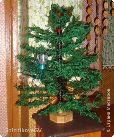 Добрый день, дорогие мастера. Разбирала я свою кладовку и обнаружила елку, которую мы сделали с ребятами для какого-то мероприятия. А потом ставили ее каждый год в своей кружковой.   фото 1