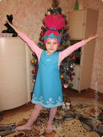 """Здравствуйте, дорогие гости моей странички! Поздравляю вас с Рождеством и наступившим Новым годом!!! Желаю вам только самого доброго в этом году!!! Новогодние костюмы магазинские я совершенно не признаю, ну не нравятся они мне... Долго над костюмом не думала, точнее вообще не думала. Мультфильм """"Тролли"""" мы с Лерой посмотрели только этой осенью, хоть он 2016 года. Да, я тоже люблю мультики, особенно, если они хорошие, а этот нам ну ооочень понравился. А когда я вскоре увидела где-то а интернете ободок Розочки, в голове сразу возник образ принцессы Розочки для своей дочки. Только на голове не ободок, а парик. Создавался костюм конечно не быстро, только ткань купить было мучение у нас в городе. Фетр и фатин заказала в СП, но ждала очень долго, делала уже перед самим утренником. С пошивом сарафана помогла бабушка, это ее работа, все остальное - моя. Аппликацию на сарафане сделала из бумаги для букетов, на фетр похожа, но ооочень тонкая. За час утренника хорошенько потрепалась. В общем, костюм обошелся не дешево конечно, но зато моя Лерочка очень выделялась из всей толпы, а толпа была не маленькая, объединили на утренник два класса. Ребенок доволен, значит я счастлива, что еще надо... фото 1"""