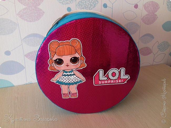Куколки LOL популярны уже давно, а у Лерочки первая куколка появилась только летом. И когда я ее купила, у Оксаны Дмитриевой появился мастер-класс https://www.youtube.com/watch?v=fXTf9XLXzx0&t=629s, перед которым я не смогла устоять. Вот такой домик получился у меня. фото 1