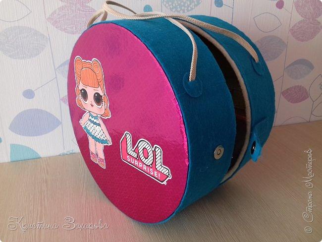 Куколки LOL популярны уже давно, а у Лерочки первая куколка появилась только летом. И когда я ее купила, у Оксаны Дмитриевой появился мастер-класс https://www.youtube.com/watch?v=fXTf9XLXzx0&t=629s, перед которым я не смогла устоять. Вот такой домик получился у меня. фото 3