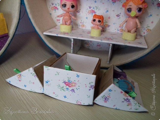 Куколки LOL популярны уже давно, а у Лерочки первая куколка появилась только летом. И когда я ее купила, у Оксаны Дмитриевой появился мастер-класс https://www.youtube.com/watch?v=fXTf9XLXzx0&t=629s, перед которым я не смогла устоять. Вот такой домик получился у меня. фото 14