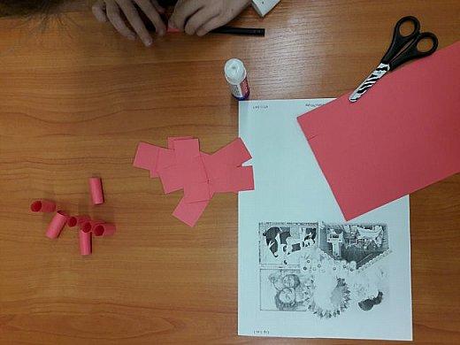 Самое важное слово мама -Аня склеила из бумажных трубочек, которые она сделала из цветной бумаги. фото 3