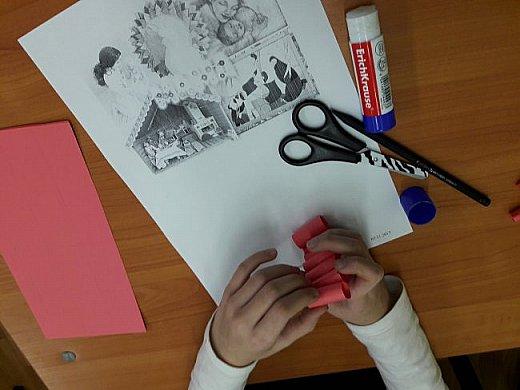 Самое важное слово мама -Аня склеила из бумажных трубочек, которые она сделала из цветной бумаги. фото 4