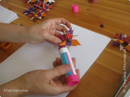 """Для корзинки нужно 24 цветочка. Как делается цветок, см. мастер-класс <a href=""""/node/14915"""">Цветок из бумаги</a>. Смазываем край цветочка клеем фото 1"""