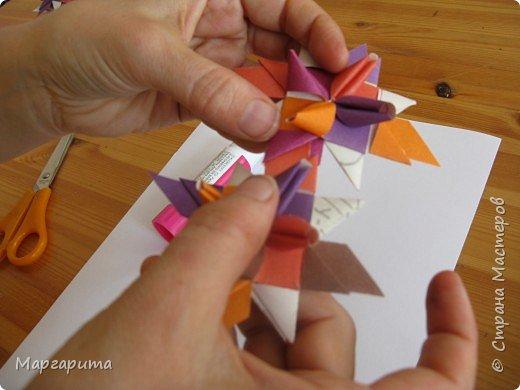 """Для корзинки нужно 24 цветочка. Как делается цветок, см. мастер-класс <a href=""""/node/14915"""">Цветок из бумаги</a>. Смазываем край цветочка клеем фото 2"""