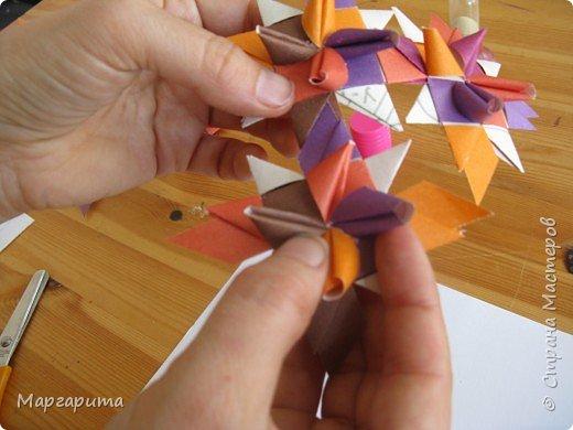 """Для корзинки нужно 24 цветочка. Как делается цветок, см. мастер-класс <a href=""""/node/14915"""">Цветок из бумаги</a>. Смазываем край цветочка клеем фото 3"""