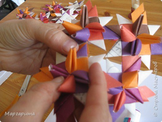 """Для корзинки нужно 24 цветочка. Как делается цветок, см. мастер-класс <a href=""""/node/14915"""">Цветок из бумаги</a>. Смазываем край цветочка клеем фото 4"""