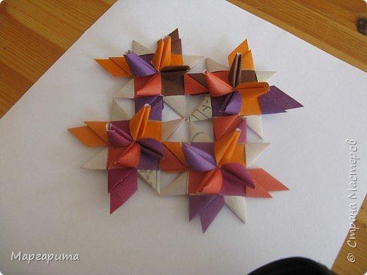 """Для корзинки нужно 24 цветочка. Как делается цветок, см. мастер-класс <a href=""""/node/14915"""">Цветок из бумаги</a>. Смазываем край цветочка клеем фото 5"""