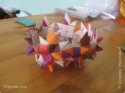 """Для корзинки нужно 24 цветочка. Как делается цветок, см. мастер-класс <a href=""""/node/14915"""">Цветок из бумаги</a>. Смазываем край цветочка клеем фото 7"""