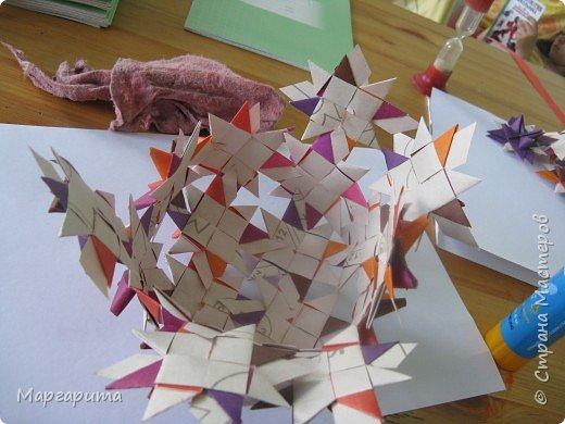 """Для корзинки нужно 24 цветочка. Как делается цветок, см. мастер-класс <a href=""""/node/14915"""">Цветок из бумаги</a>. Смазываем край цветочка клеем фото 8"""