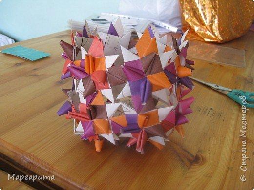 """Для корзинки нужно 24 цветочка. Как делается цветок, см. мастер-класс <a href=""""/node/14915"""">Цветок из бумаги</a>. Смазываем край цветочка клеем фото 9"""