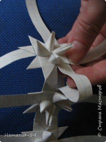 """Вот такая корзиночка из тетрадных листов у меня получилась. Спасибо Маргарите, ее <a href=""""/node/14915?tid=451"""">мастер-класс</a> помог вспомнить мне как я делела такие корзиночки в детстве. фото 3"""
