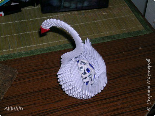 Сделала лебедя, а он оказался отличной подставкой для давно мающегося без подставки витражного яйца. Как будто специально делала.