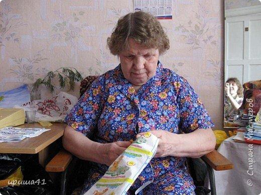 Такие чудо-коврики вяжет моя мама. А в качестве материала она использует обыкновенные полиэтиленовые пакеты. Сколько их накапливается в наших домах - красных, желтых, синих, черных, оранжевых... А если вспомнить еще пакеты из-под молока, кефира да йогурта... Казалось бы, никому не нужные, да еще и очень вредные для природы. Ан нет, можно и из пакетов сотворить чудеса. Коврики, которые можно положить в прихожую, в ванную, на балкон, украсить ими дачу. И красиво и удобно. Впрочем, судите сами. фото 14
