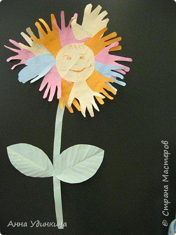 Аппликация из«ладошек»: Цветок дружбы фото 1