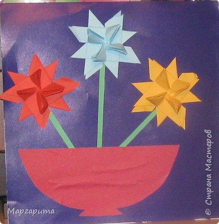 """Для корзинки нужно 24 цветочка. Как делается цветок, см. мастер-класс <a href=""""/node/14915"""">Цветок из бумаги</a>. Смазываем край цветочка клеем фото 12"""