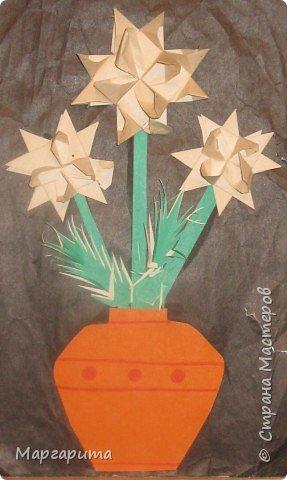 """Для корзинки нужно 24 цветочка. Как делается цветок, см. мастер-класс <a href=""""/node/14915"""">Цветок из бумаги</a>. Смазываем край цветочка клеем фото 11"""