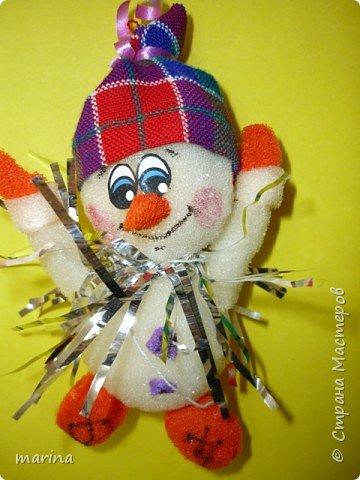 Счастливый снеговичок.