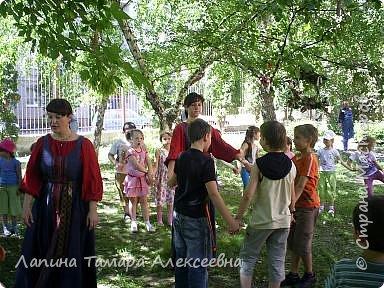 У природы наступила праздничная неделя - Зеленые святки. А у березки именины. Наряжали мы березки в своем парке у гимназии. фото 4