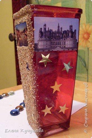 Возьмём обычную вазу, клеим вырезанные картинки на клей ПВА. фото 1