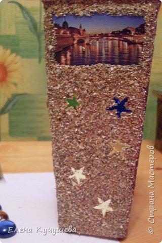 Возьмём обычную вазу, клеим вырезанные картинки на клей ПВА. фото 2