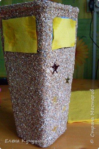 Возьмём обычную вазу, клеим вырезанные картинки на клей ПВА. фото 3