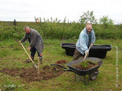 Было у нас во дворе много пустого места. Решили немного его обустроить- сделать прудик. Начали копать!!! фото 1