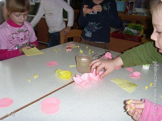 Дети очень воодушевились цветами оригами из кругов ,и работа закипела. фото 1
