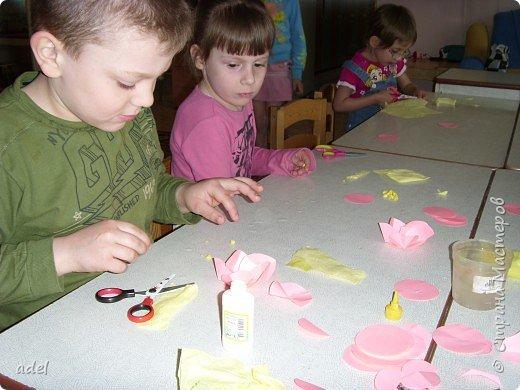 Дети очень воодушевились цветами оригами из кругов ,и работа закипела. фото 2