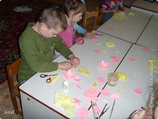 Дети очень воодушевились цветами оригами из кругов ,и работа закипела. фото 3