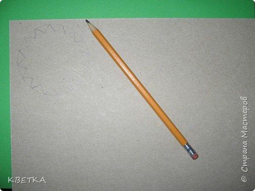 Для изготовления салфетки потребуется: картон, карандаш, ножницы, нитки вязальные белого и желтого цветов, игла для штопки.  фото 2