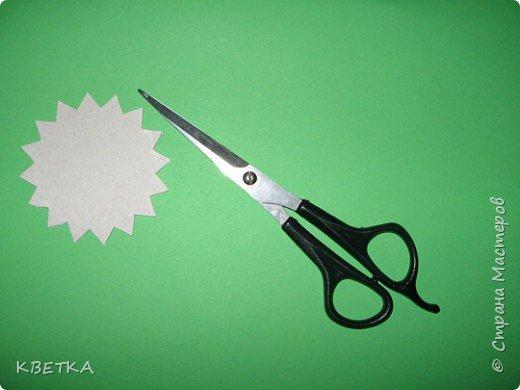 Для изготовления салфетки потребуется: картон, карандаш, ножницы, нитки вязальные белого и желтого цветов, игла для штопки.  фото 3