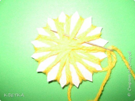 Для изготовления салфетки потребуется: картон, карандаш, ножницы, нитки вязальные белого и желтого цветов, игла для штопки.  фото 6