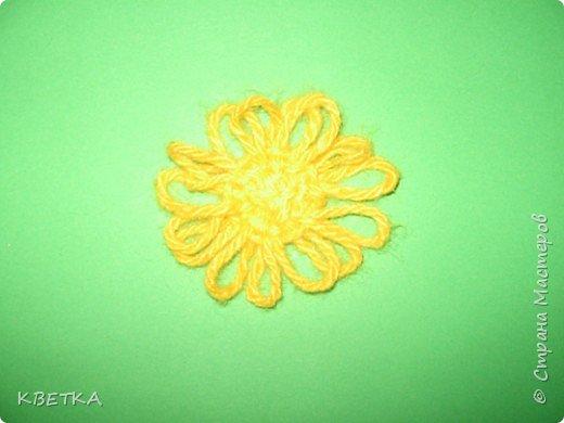 Для изготовления салфетки потребуется: картон, карандаш, ножницы, нитки вязальные белого и желтого цветов, игла для штопки.  фото 7