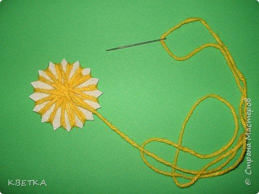 Для изготовления салфетки потребуется: картон, карандаш, ножницы, нитки вязальные белого и желтого цветов, игла для штопки.  фото 5