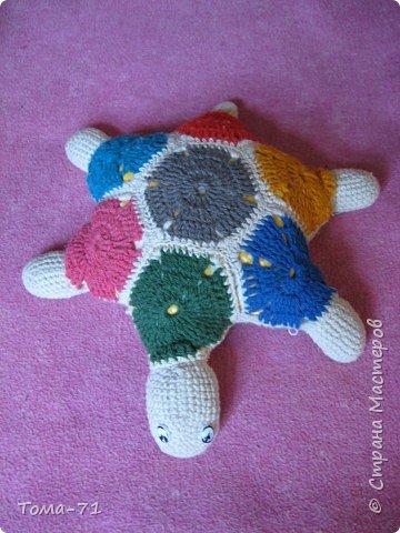 Вязание крючком: подушка-игрушка вязаный пэчворк, это средняя черепашка ещё есть большая и маленькая.