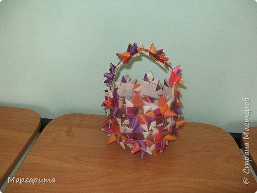 """Для корзинки нужно 24 цветочка. Как делается цветок, см. мастер-класс <a href=""""/node/14915"""">Цветок из бумаги</a>. Смазываем край цветочка клеем фото 10"""