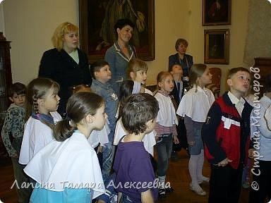 """Наш замечательный музей имени А.Н. Радищева пригласил  гимназистов  1 класса """"Кристаллика"""" в путешествие- экскурсию в гимназию начала прошлого века. Девочкам повязали пелерины, а мальчикам прикрепили нагрудный знак гимназиста.  фото 2"""