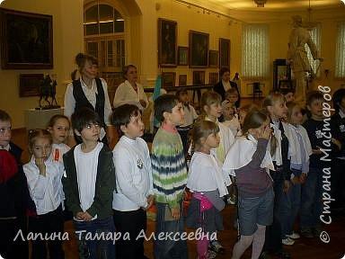 """Наш замечательный музей имени А.Н. Радищева пригласил  гимназистов  1 класса """"Кристаллика"""" в путешествие- экскурсию в гимназию начала прошлого века. Девочкам повязали пелерины, а мальчикам прикрепили нагрудный знак гимназиста.  фото 3"""