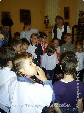 """Наш замечательный музей имени А.Н. Радищева пригласил  гимназистов  1 класса """"Кристаллика"""" в путешествие- экскурсию в гимназию начала прошлого века. Девочкам повязали пелерины, а мальчикам прикрепили нагрудный знак гимназиста.  фото 6"""