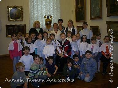 """Наш замечательный музей имени А.Н. Радищева пригласил  гимназистов  1 класса """"Кристаллика"""" в путешествие- экскурсию в гимназию начала прошлого века. Девочкам повязали пелерины, а мальчикам прикрепили нагрудный знак гимназиста.  фото 1"""