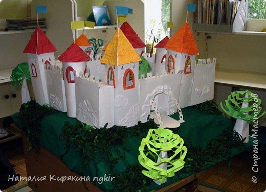 """Бумагопластика: Художественное конструирование из бумаги. Коллективная работа """"Средневековый замок"""" 4 класс. фото 3"""