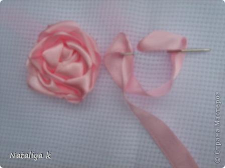 """Хотите попробовать свои силы в вышивке лентами?Это очень просто и увлекательно!!! Для работы Вам понадобится:Атласная лента розового и зелёного цветов,шириной 1,5см(примерно по 2 метра),канва(мешковина или другая ткань-начинасть с плотных тканей не рекомендую,т.к. через плотную ткань сложее протягивать иглу с ленточкой),нитки в тон  лент(мулине),специальная игла для вышивки лентами""""синель""""-толстая игла с большим ушком и острым кончиком. Этой иглой хорошо вышивать на тканях с мелким плетением: шелк, органза),или """"гобеленовая"""" (""""трикотажная"""") игла - с большим ушком и тупым кончиком-ней  удобней вышивать на канве , мешковине,трикотаже. фото 9"""