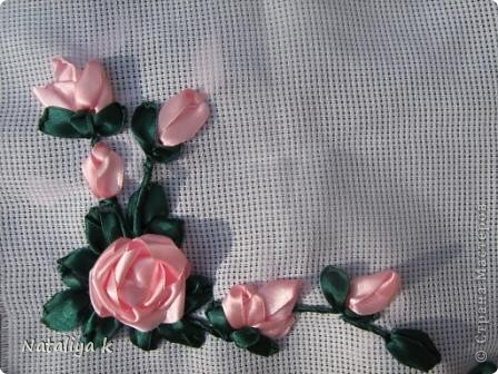 """Хотите попробовать свои силы в вышивке лентами?Это очень просто и увлекательно!!! Для работы Вам понадобится:Атласная лента розового и зелёного цветов,шириной 1,5см(примерно по 2 метра),канва(мешковина или другая ткань-начинасть с плотных тканей не рекомендую,т.к. через плотную ткань сложее протягивать иглу с ленточкой),нитки в тон  лент(мулине),специальная игла для вышивки лентами""""синель""""-толстая игла с большим ушком и острым кончиком. Этой иглой хорошо вышивать на тканях с мелким плетением: шелк, органза),или """"гобеленовая"""" (""""трикотажная"""") игла - с большим ушком и тупым кончиком-ней  удобней вышивать на канве , мешковине,трикотаже. фото 14"""