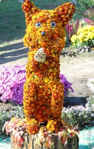 Герб города. Это День города Запорожья. Такие выставки цветов  проходят каждый год. При копировании статьи, целиком или частично, пожалуйста, указывайте активную ссылку на источник! http://stranamasterov.ru/user/9321 http://stranamasterov.ru/node/23202 фото 5